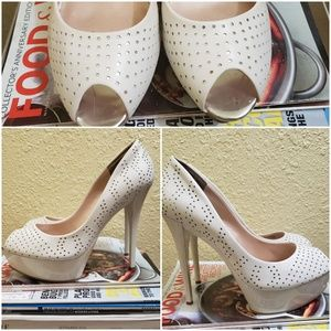Guess perforated peep toe pump